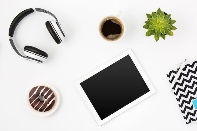 Bovenaanzicht van witte vrouwelijke kantoorwerkruimte met laptop