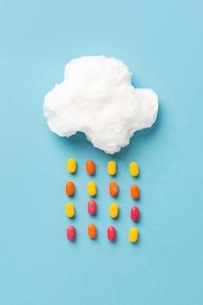 Bovenaanzicht van wolk suikerspin met snoep regendruppels
