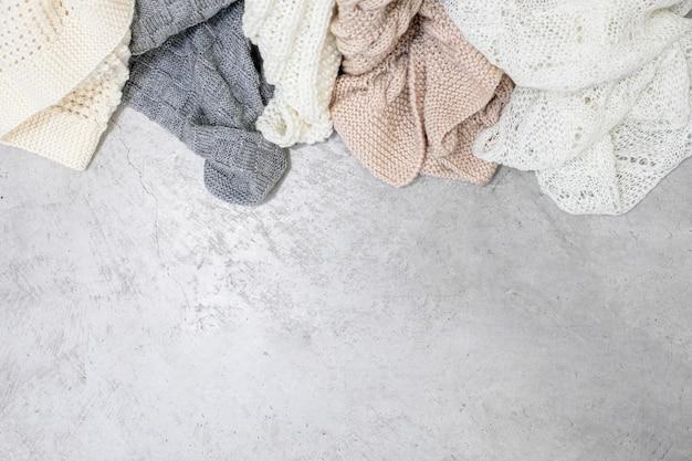 Bovenaanzicht van wollen draad dekens op een industriële vloer