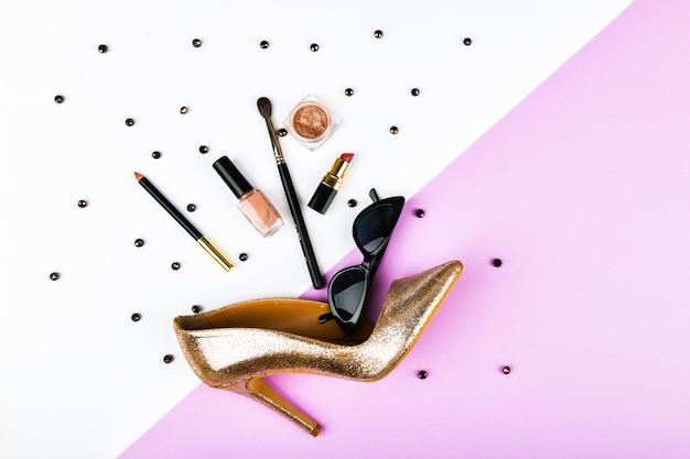 Bovenaanzicht van womens accessoires op pastel achtergrond