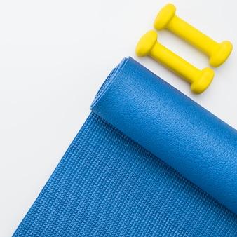Bovenaanzicht van yoga mat en gewichten
