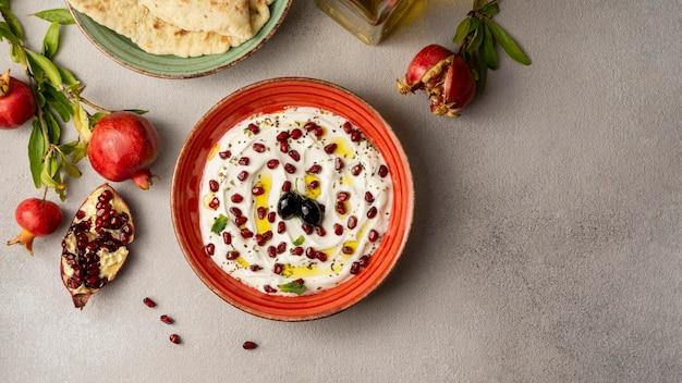 Bovenaanzicht van yoghurt met granaatappel en olie