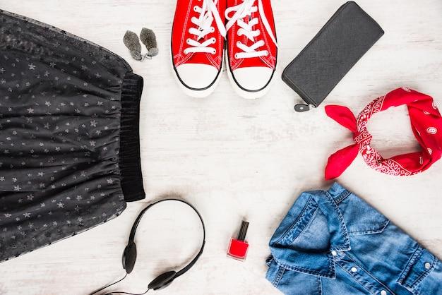 Bovenaanzicht van yong vrouw kleding en accessoires.
