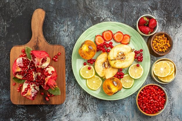Bovenaanzicht van zacht fruit, kweeperen, citroenen en ander fruit