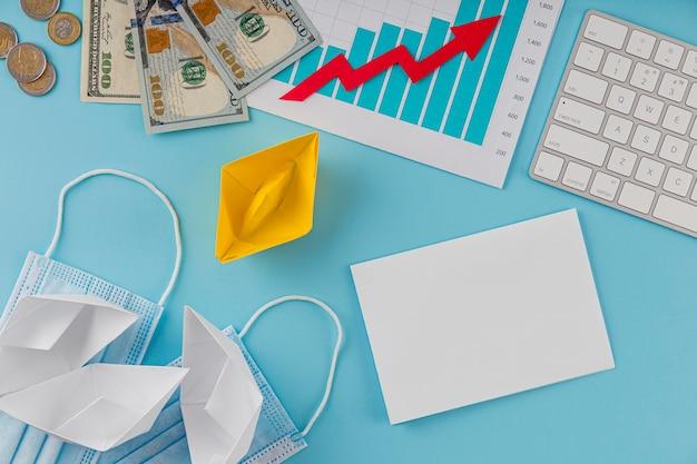 Bovenaanzicht van zakelijke items met groeigrafiek en bankbiljetten