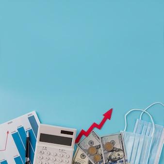 Bovenaanzicht van zakelijke items met groeigrafiek en kopie ruimte