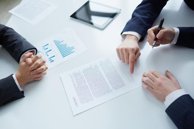 Bovenaanzicht van zakenman het ondertekenen van documenten