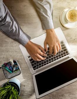 Bovenaanzicht van zakenman werken met behulp van laptop