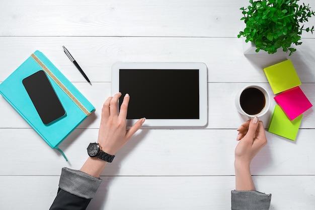 Bovenaanzicht van zakenvrouw werken bij computer op kantoor. vrouwelijke werkplek.