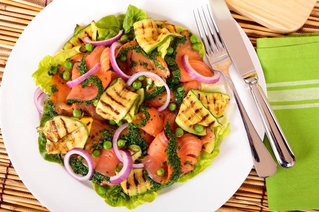 Bovenaanzicht van zalm en courgette salade