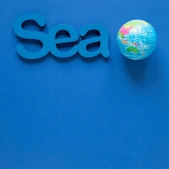 Bovenaanzicht van zee met globe en kopie ruimte