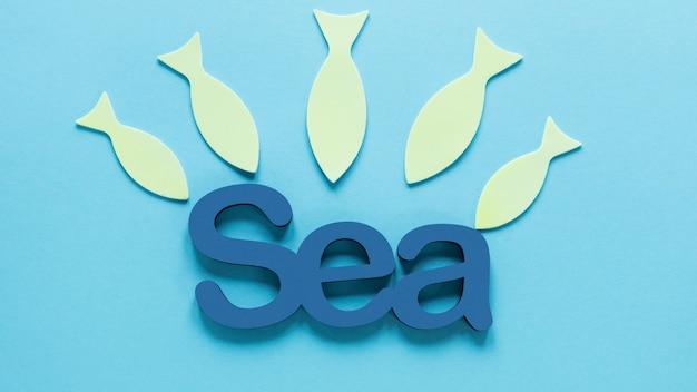 Bovenaanzicht van zee met papier vis