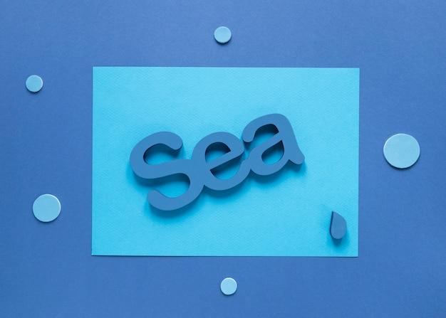 Bovenaanzicht van zee met waterdruppel en cirkels