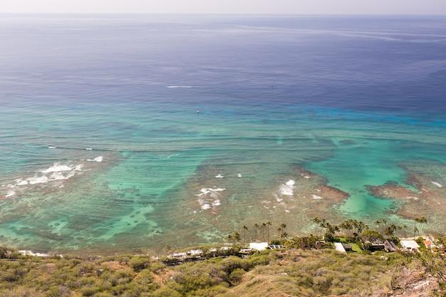 Bovenaanzicht van zeegezicht van diamond head honolulu hawaii