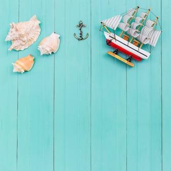 Bovenaanzicht van zeeschelpen en speelgoed schip