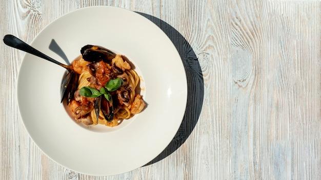 Bovenaanzicht van zeevruchten pasta op houten tafel