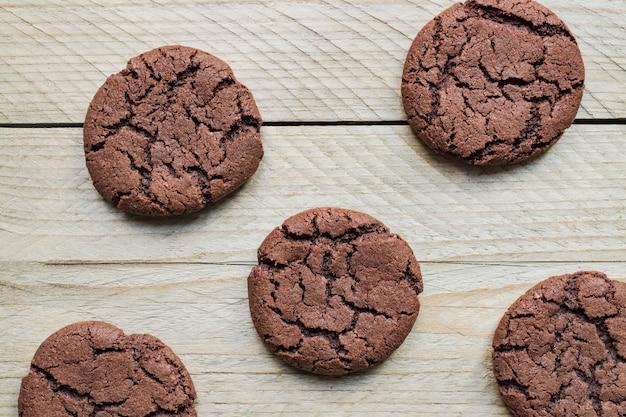 Bovenaanzicht van zelfgemaakte chocoate cookies op houten achtergrond. home bakkerij