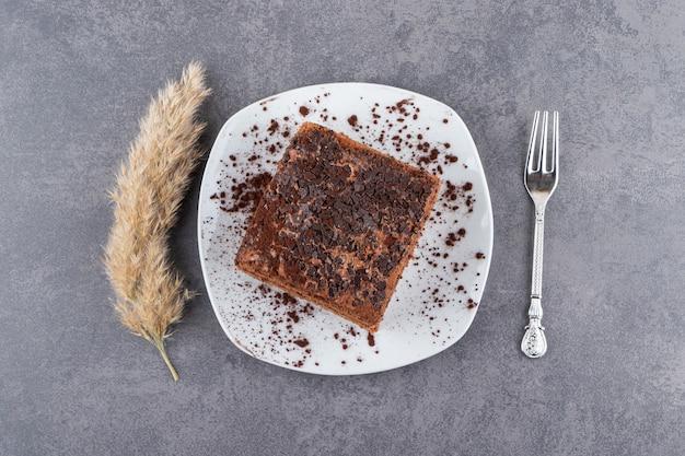 Bovenaanzicht van zelfgemaakte chocoladetaart op plaat.