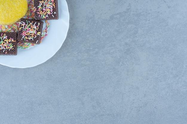 Bovenaanzicht van zelfgemaakte cookie met chocoladewafels en strooi.