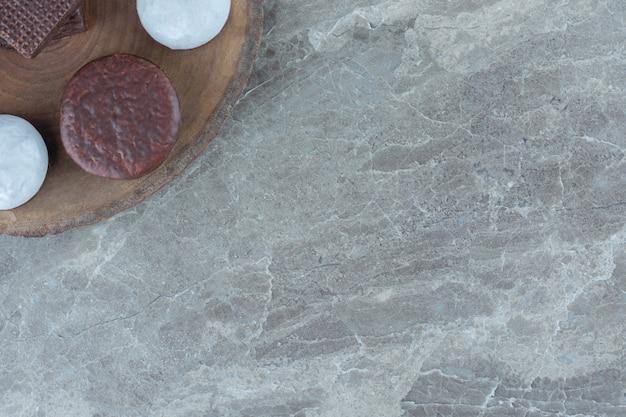 Bovenaanzicht van zelfgemaakte cookie op een houten bord.