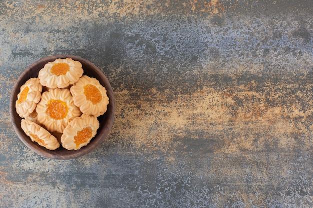 Bovenaanzicht van zelfgemaakte jam koekjes op rustiek