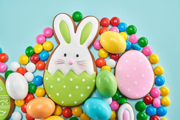 Bovenaanzicht van zelfgemaakte koekjes in vorm van ei en konijn