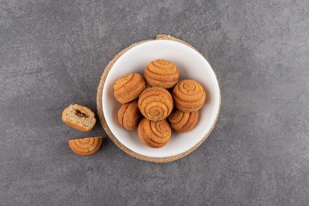 Bovenaanzicht van zelfgemaakte koekjes in witte kom