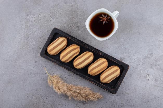 Bovenaanzicht van zelfgemaakte koekjes met kopje thee