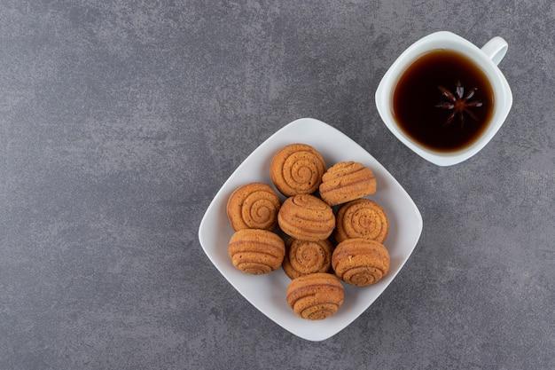 Bovenaanzicht van zelfgemaakte koekjes met kopje thee.