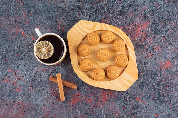 Bovenaanzicht van zelfgemaakte koekjes met thee en kaneel.