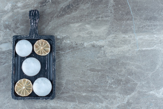 Bovenaanzicht van zelfgemaakte koekjes met witte chocolade en droge schijfjes citroen.