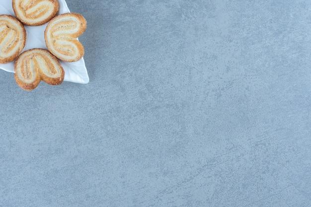 Bovenaanzicht van zelfgemaakte koekjes op de hoek van de foto.