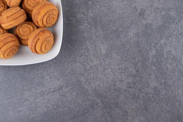 Bovenaanzicht van zelfgemaakte koekjes op grijs oppervlak