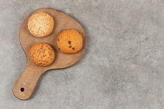 Bovenaanzicht van zelfgemaakte koekjes op houten snijplank.