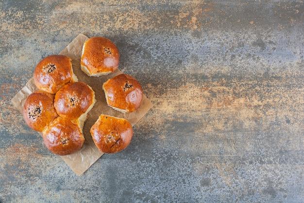 Bovenaanzicht van zelfgemaakte koekjes op rustiek Premium Foto