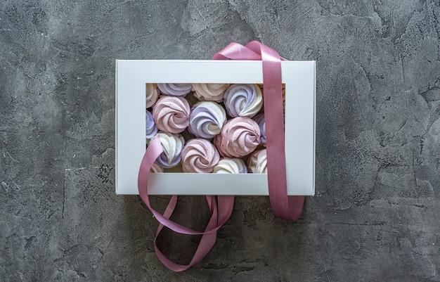 Bovenaanzicht van zelfgemaakte marshmallows verpakt in geschenkdoos