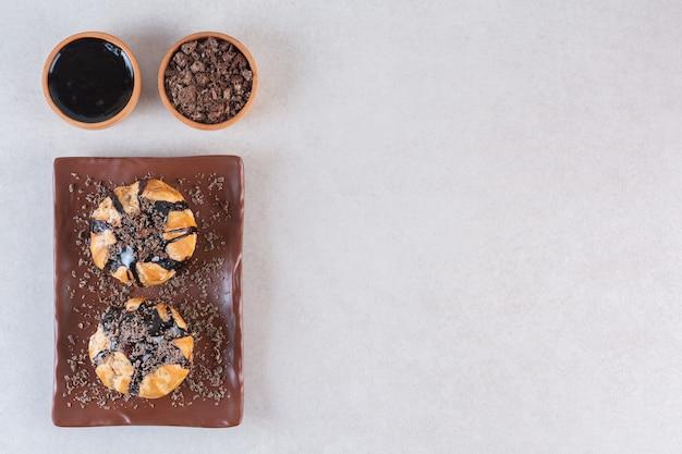 Bovenaanzicht van zelfgemaakte muffins met chocolade