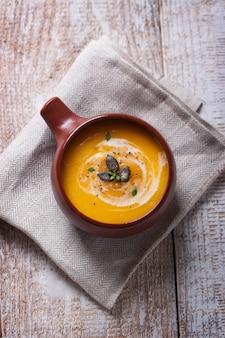 Bovenaanzicht van zelfgemaakte soep