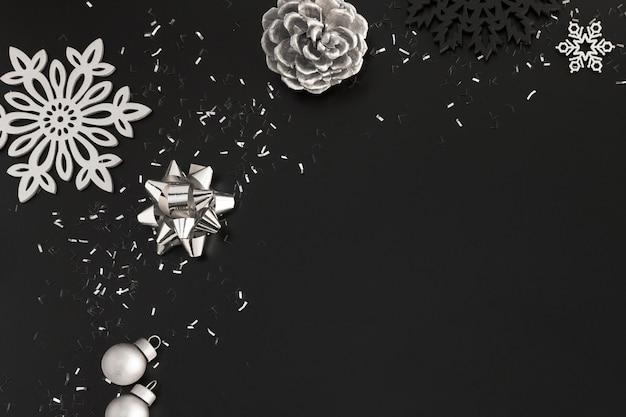 Bovenaanzicht van zilveren kerst ornamenten met kopie ruimte