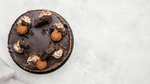 Bovenaanzicht van zoete chocoladetaart met kopie ruimte