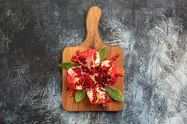Bovenaanzicht van zoete gesneden granaatappels