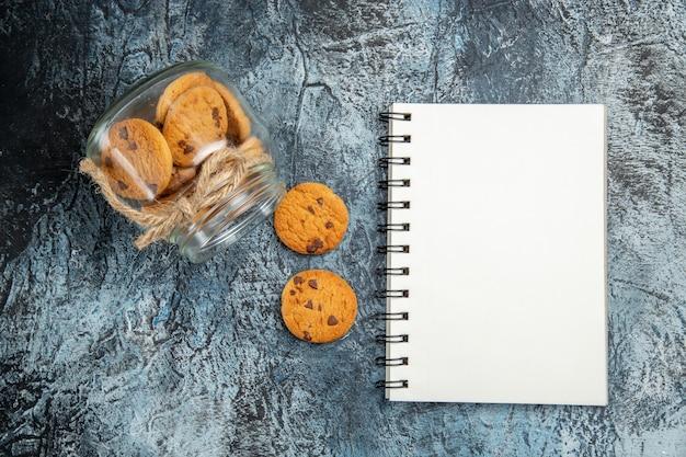 Bovenaanzicht van zoete koekjes binnen kunnen op het donkere oppervlak
