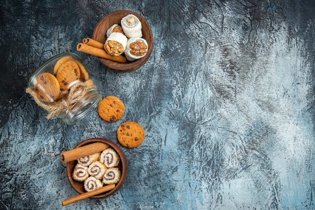 Bovenaanzicht van zoete koekjes met confitures op donkere ondergrond