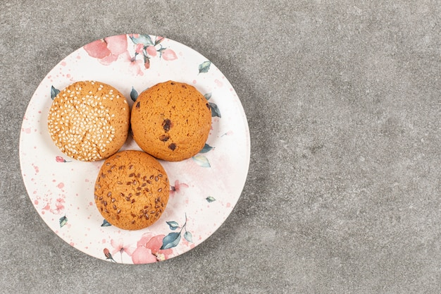 Bovenaanzicht van zoete koekjes op witte plaat.