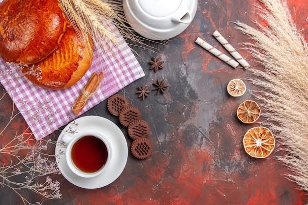 Bovenaanzicht van zoete taarten met kopje thee