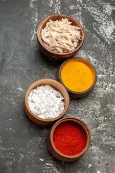 Bovenaanzicht van zout mosterd paprica en kaas op donkergrijze achtergrond
