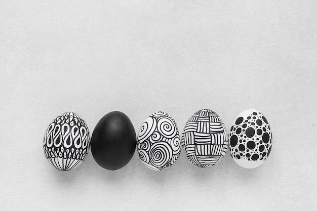 Bovenaanzicht van zwart-wit eieren voor pasen met kopie ruimte