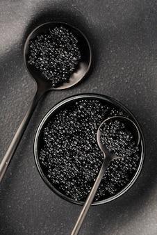 Bovenaanzicht van zwarte kaviaar in kom