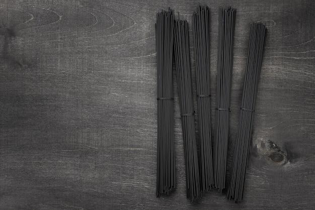 Bovenaanzicht van zwarte spaghetti bundels met kopie ruimte