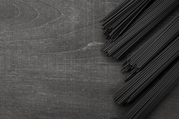Bovenaanzicht van zwarte spaghetti bundels